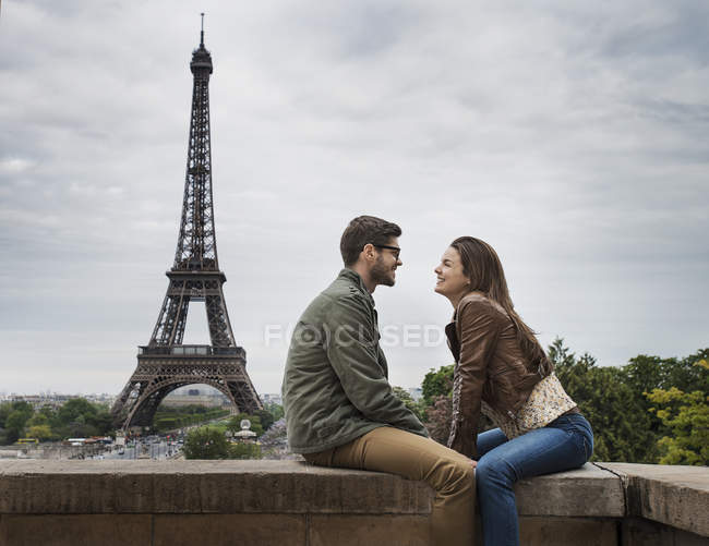 Couple in Paris with the Eiffel Tower in the background. — Stock Photo