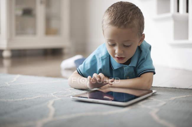 Enfant utilisant une tablette numérique — Photo de stock