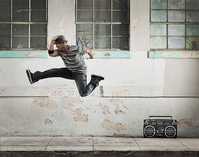 Young man breakdancing — Stock Photo