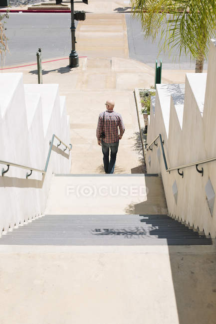 Man walking down a staircase. — Stock Photo