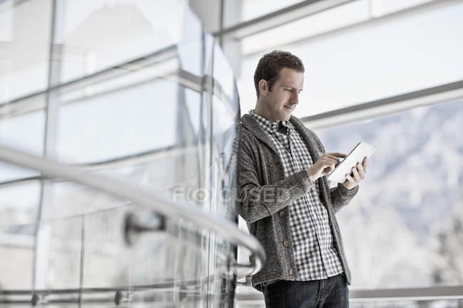 Hombre usando una tableta digital - foto de stock