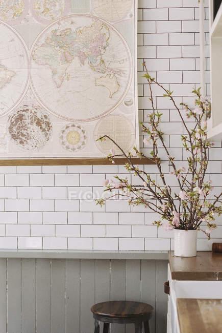 Ваза з квітами і кахельної стіною. — стокове фото