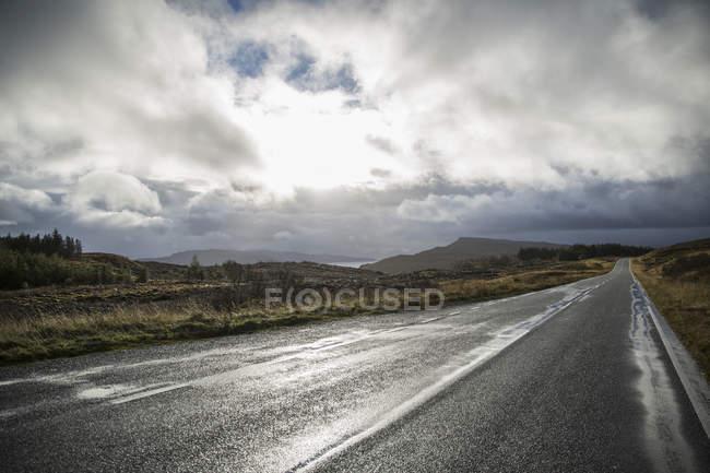 Straße durch eine menschenleere Landschaft — Stockfoto