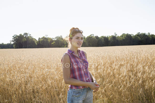 Woman standing in a wheat field — Stock Photo