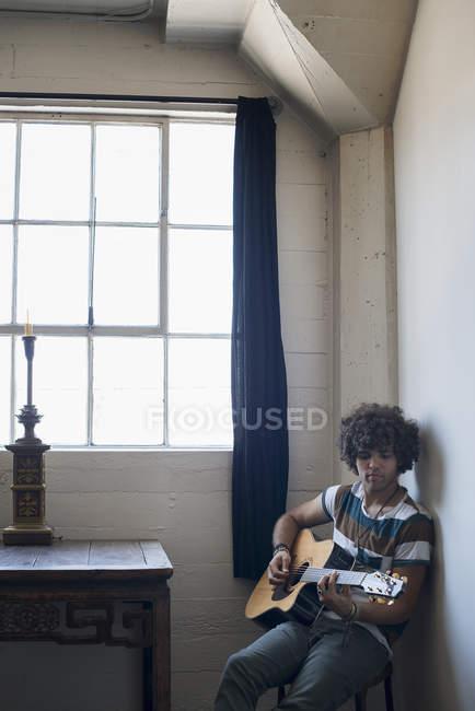 Suonare la chitarra giovane — Foto stock