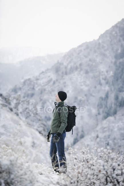 Uomo di escursionismo e portando uno zaino. — Foto stock