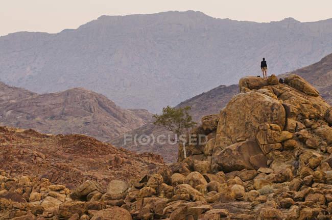 Personne debout sur un tas de roche — Photo de stock
