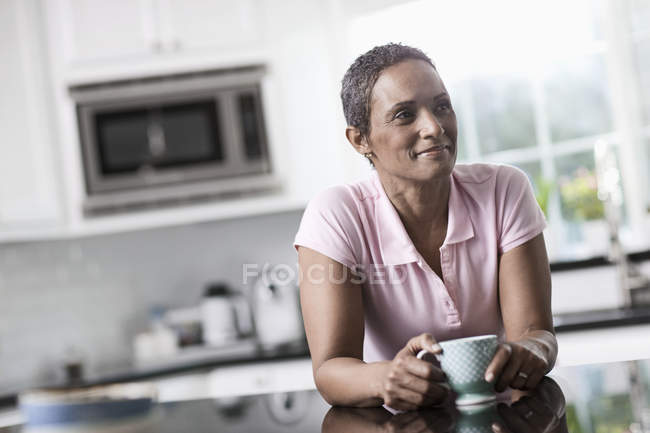 Женщина с чашкой кофе. — стоковое фото