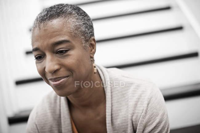 Женщина, сидящая дома на лестнице . — стоковое фото