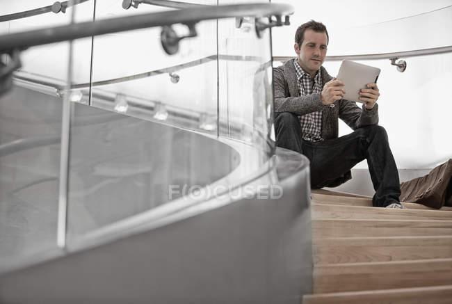 Homem usando um tablet digital — Fotografia de Stock