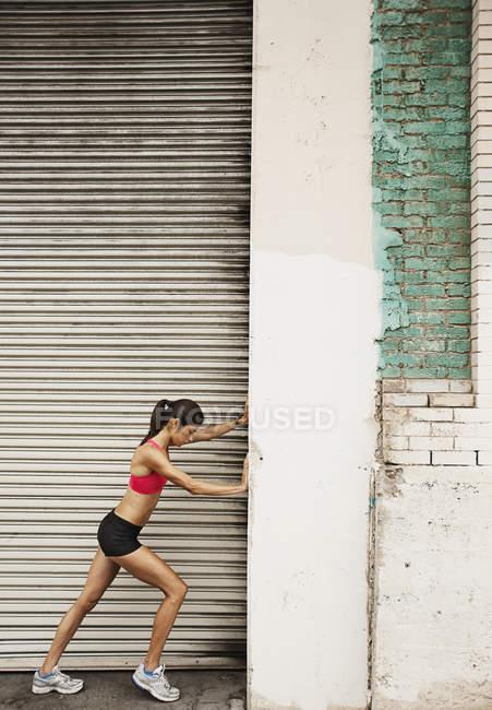 Женщина готовится к бегу — стоковое фото