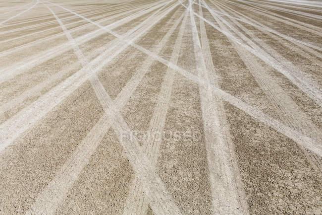 Сліди шин в чорний рок пустелі — стокове фото