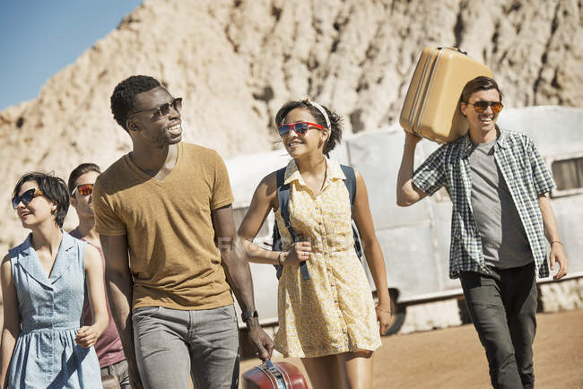 Personas en campo abierto del desierto - foto de stock