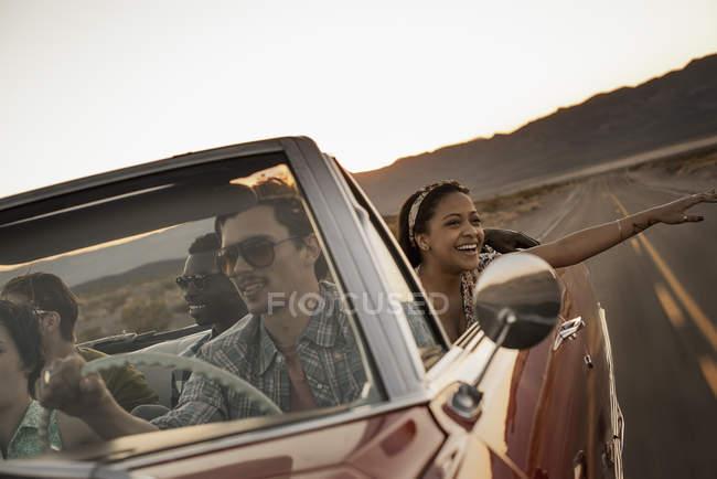 Друзів у Конвертована автомобіль на дорозі, поїздка. — стокове фото