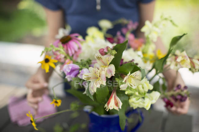 Person arranging a bunch of flowers — Stock Photo