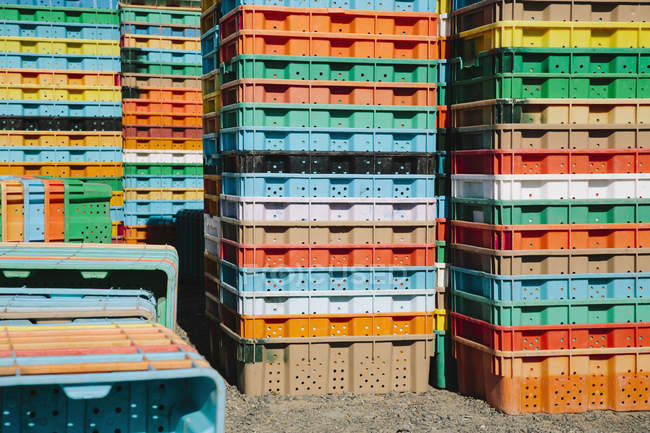 Стопки разноцветных контейнеров — стоковое фото