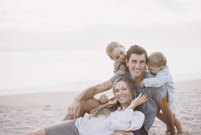 Abbracciare la coppia con il figlio e la figlia — Foto stock