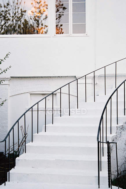 White walls and a curved exterior staircase — Stock Photo