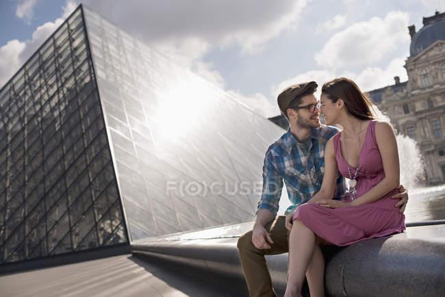 Paar im Hof des Raster-Museums — Stockfoto