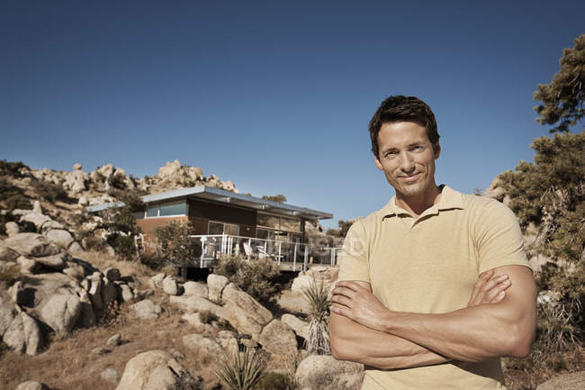 Man standing in front of an eco home — Stock Photo