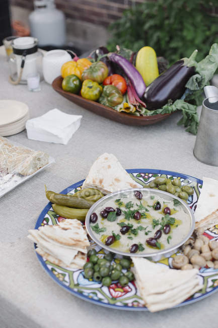 Миска овочі, хліб на стіл і падіння — стокове фото