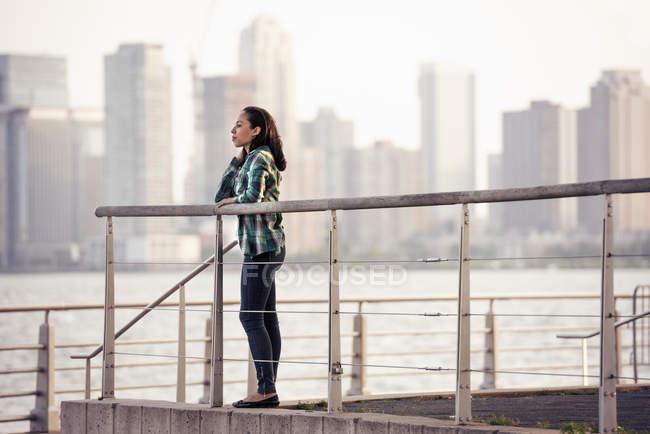 Mulher de pé na orla — Fotografia de Stock
