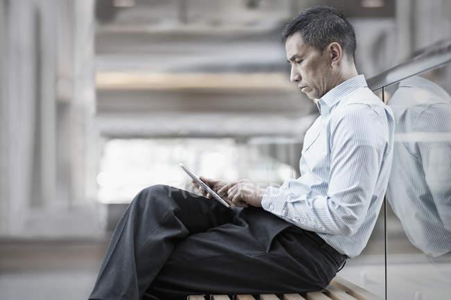 Man using a digital tablet. — Stock Photo