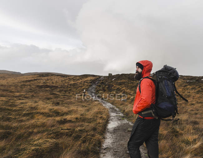 Mann in offenen Hügeln durch einen Pfad — Stockfoto