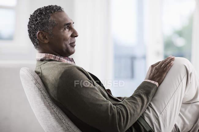 Пожилой мужчина сел в кресло — стоковое фото