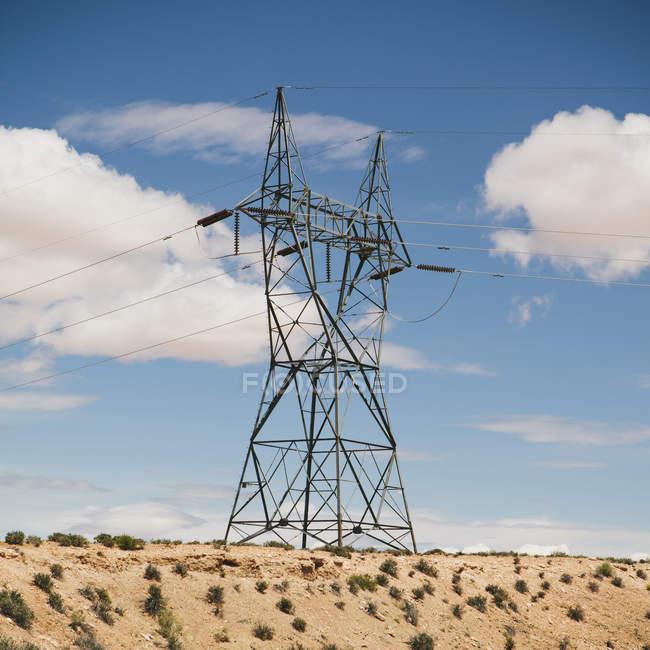 Hoher Mast, der Stromleitungen trägt — Stockfoto