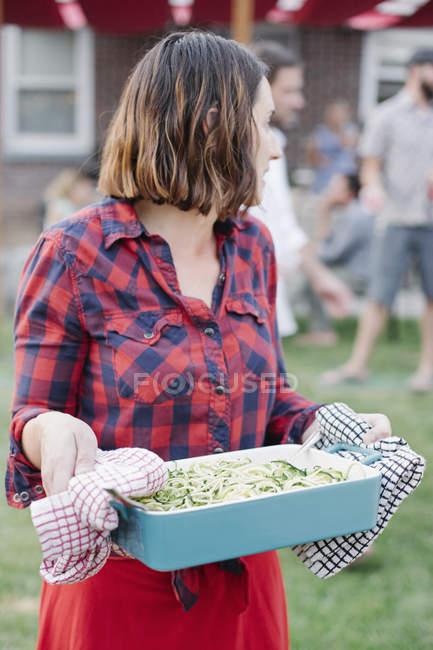 Женщина с большим блюдом овощей — стоковое фото