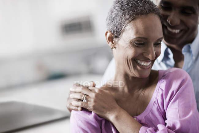 Ласковая взрослая афроамериканская пара — стоковое фото