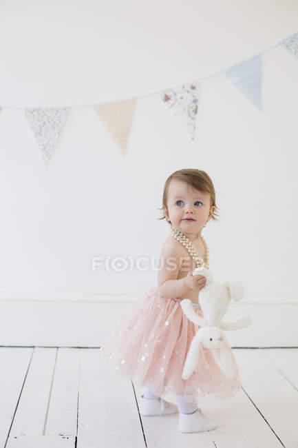 Junges Mädchen hält ein Plüschtier — Stockfoto