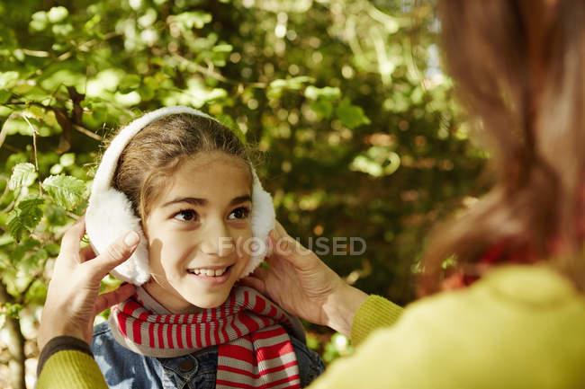 Kind trägt warme Ohrenschützer — Stockfoto