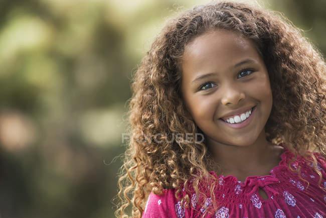 Chica joven en un vestido rosa - foto de stock