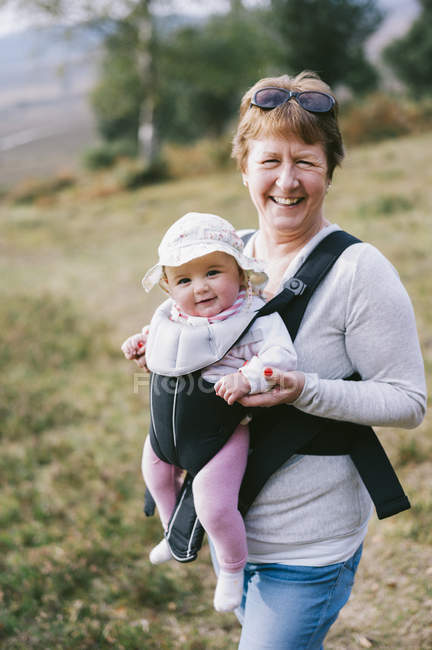 Femme portant un bébé — Photo de stock
