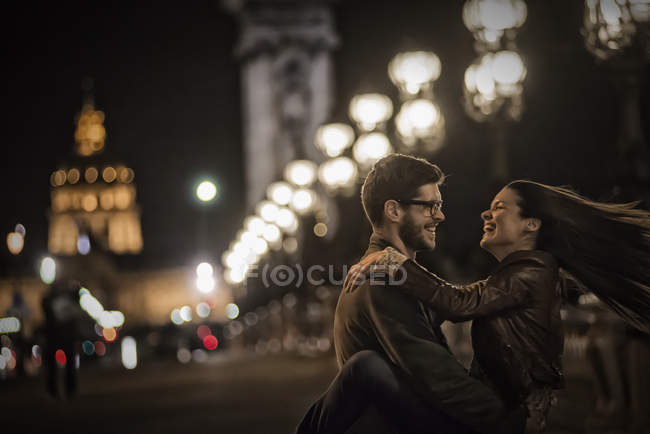 Couple together in a city at night. — Stock Photo