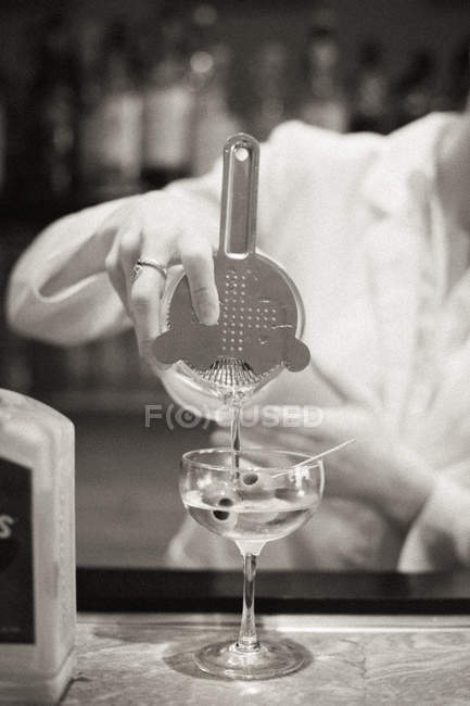 Mulher a misturar um cocktail — Fotografia de Stock