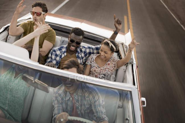 Друзья в конвертируемой машине в дороге . — стоковое фото
