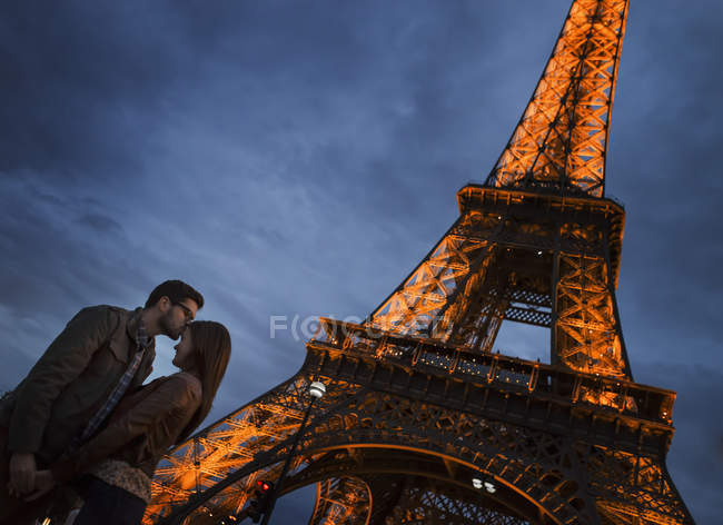 Couple standing under the Eiffel Tower — Stock Photo