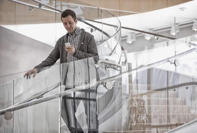 Человек проверяет свой смартфон . — стоковое фото