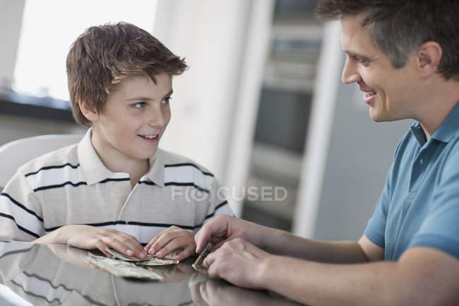 Mann und ein Junge mit digital-Tablette — Stockfoto
