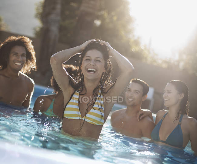 Amici in piscina — Foto stock