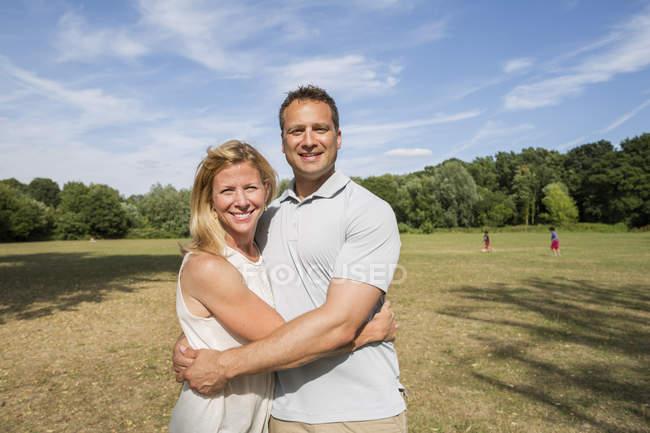 Paar steht in einem Park — Stockfoto