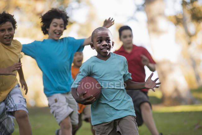 Дети бегают с мячом . — стоковое фото