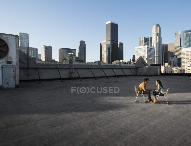 Homem e mulher em um telhado — Fotografia de Stock