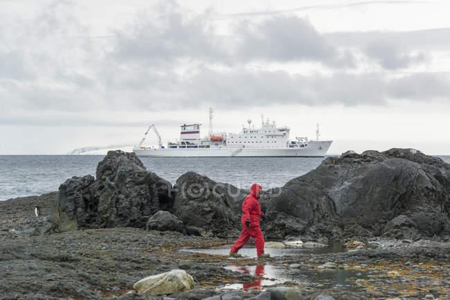Людина прогулянки вздовж скелях біля моря — стокове фото