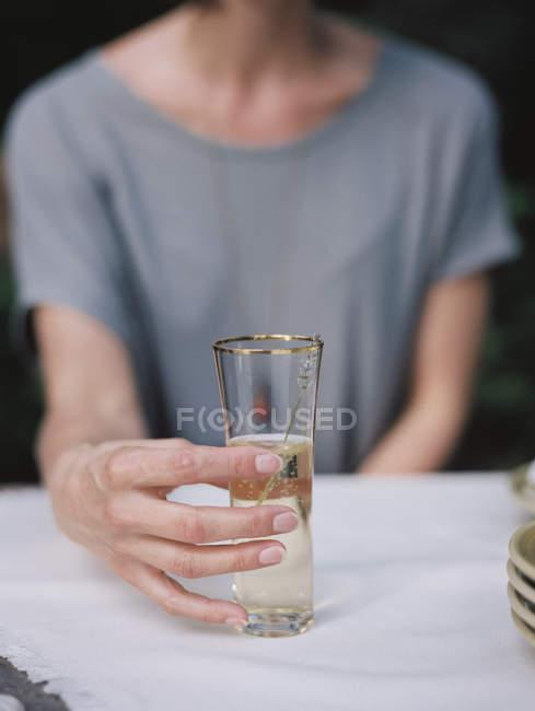 Женщина держит стакан — стоковое фото