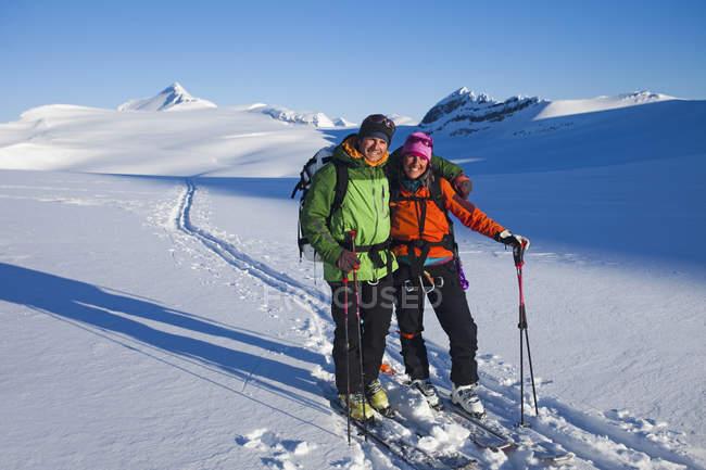 Лыжники на трек Wapta теодолитного хода — стоковое фото