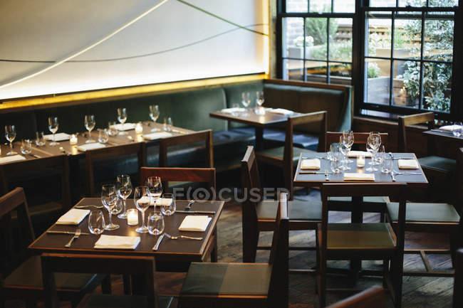 Vista interior del restaurante - foto de stock